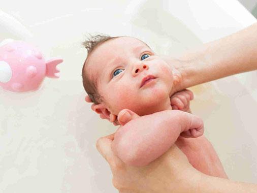 Como dar banho no recém-nascido