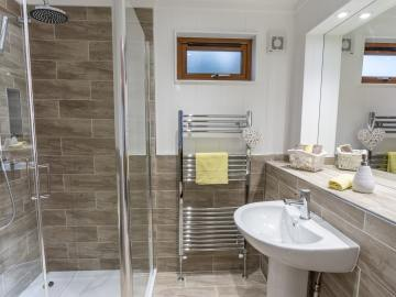 Country Lodge En-Suite Bathroom - Tingdene-min