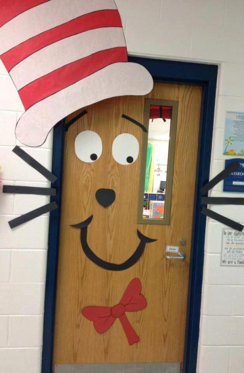 idee per decorare l'aula per Natale: porte decorate