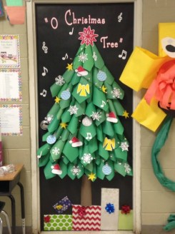 porte natalizie Natale: idee per decorare la porta della tua sezione