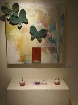 木枠の上から紙をコラージュして、陶器の作品を展示しています。陶器もパーツの一つとして絵画作品に組み込まれる こちらも不思議な作品といえます。でも新しい世界観で、人気がありました。