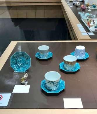今回の展覧会のテーマです。 天之美禄のお皿と、行雲フリーカップ  デザインは金銀の雲 ラスター彩は水色と茶色 とバリエーションも豊富です。