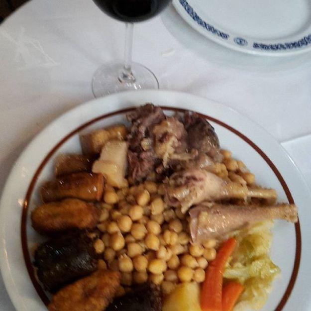 Celebrando con un cocido el éxito de la actuación en Nochevieja en el restaurante Asador El Molino. #cochinilloasadomadrid #lechazoalhornodeleña #elmejorasadordemadrid #restauranteelmolino