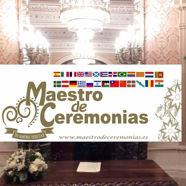 Maestro oficiante de Ceremonia con guion personalizado de celebración de boda civil en el Hotel Alfonso XIII de Sevilla en InglésMaster of ceremonie at Wedding celebration ceremony with a personalized script in English, #WeddingOfficiantsevilla #WeddingHostSevilla #weddingtoastmasterspain #bilingualofficiantspain www.maestrodeceremonias.eswww.presentadordeeventos.com mc@maestrodeceremonias.es Maestros de Ceremonias y Presentadores Profesionales en toda España y en todos los IdiomasTel: 644 597 199