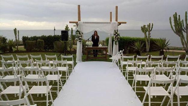 Preciosa ceremonia de celebración de boda civil con vistas al mar en el jardin del impresionante Tikitano Beach Restaurant con el mar como telón de fondo infinito en Marbella Málaga. Nuestra maestra de ceremonias bilingüe la llevó a cabo con elegancia y emotividad ajustándose a los requerimientos de los novios. Www.maestrodeceremonias.esTel 644 597 199 #bodasenelmar #bodacivilbilingüe #bodacivilmalaga #bodaenmalaga #casarseenunjardin #casarseenelmar #maestradeceremonias #toastmasterspain #toastmastermalaga #masterofceremoniesmalaga #weddingbythesea #bodasmarbella #bilingualMCMarbella #bodasmarbella @tikitano_beach_restaurant
