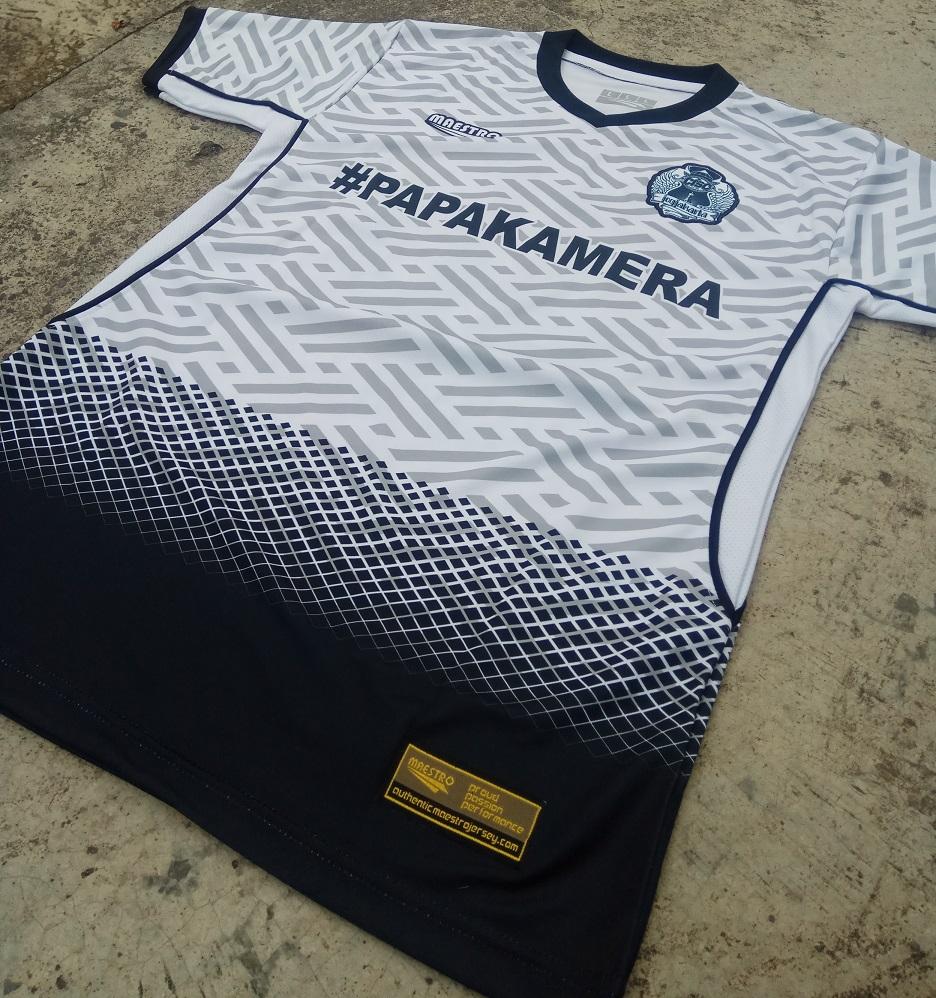 Tambahan tag authentic, logo bordir, dan bahan berpori dibagian samping pada jersey printing