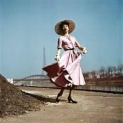 Modelo que viste Dior en las orillas del Sena, París, 1948.