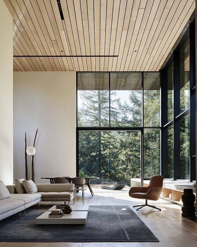 Потолок, отделанный деревянными панелями