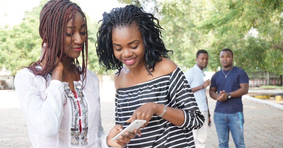 jeunes utilisant un telephone mobile
