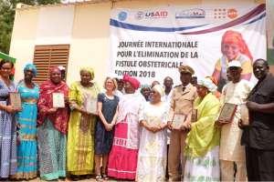 Mme la première dame du Mali entourée des acteurs récipiendaires de plaques et attestations de reconnaissance.
