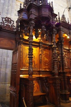 A droite en entrant, se trouve la stalle du doyen ou de l'évêque lorsqu'il ne présidait pas au trône épiscopal.