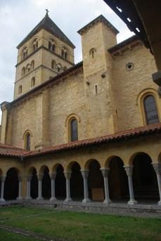 le cloitre l'église et son clocher -cliquez pour agrandir