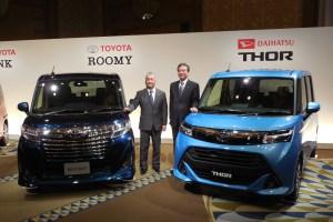 ダイハツ工業の三井正則・社長(右)と、トヨタ自動車の佐藤康彦・常務役員(左)。