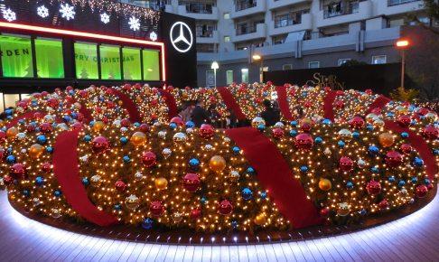 直径10m(世界最大級)のクリスマスリースは1万5000個ものLEDで装飾されている。
