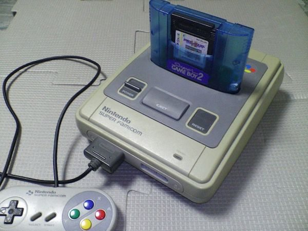 Super Famicom mit eingestecktem Super-Game-Boy-2-Modul (Bild: Wikipedia)