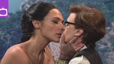 Photo of Video: Der SNL-Auftritt von Gal Gadot zeigt den ersten lesbischen Kuss von Wonder Woman