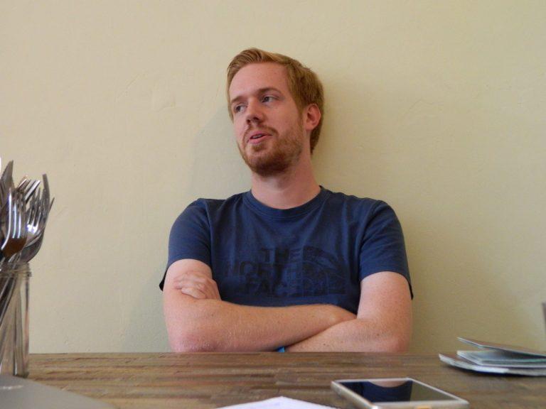 Nils (26), wereldreiziger, neemt zonnecrème factor 300 mee naar de Sinaïwoestijn