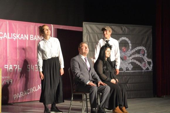 'Dikkat Aile Var' adlı oyun Hakkâri'de sahnelendi
