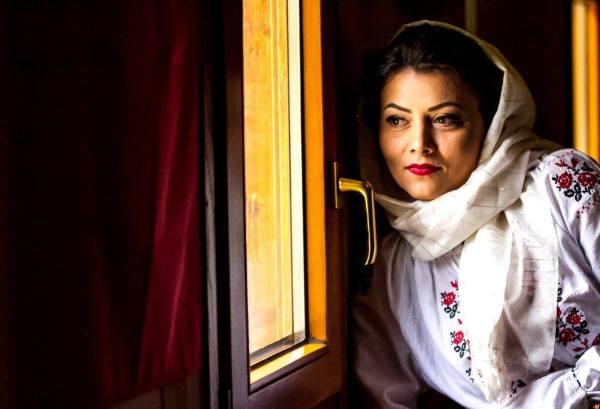 femeie la geam cu haine traditionle moldova