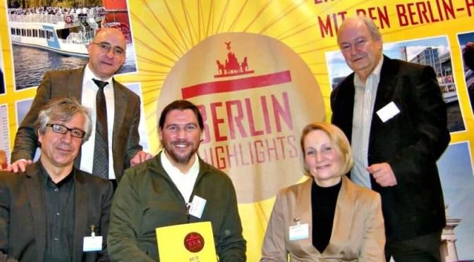 Am Pow Wow-Stand von Berlin Highlights: CTOUR-Vorstandssprecher Hans-Peter Gaul (r.) mit den beiden Geschäftsführern Wolfgang Kleiner und Carsten Kollmeier (unten l. ) sowie Birgit Breloh vom Currywurst Museum und Lutz Freise, Chef der Reederei Riedel.