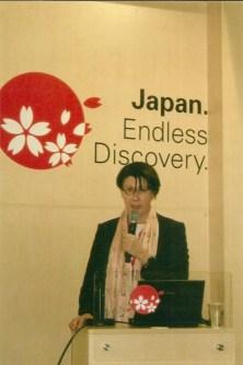 """Engagiert für den Japan-Tourismus: Bettina Kraemer Seit Jahren gehöre ich zu den Teilnehmern des informativen Mini-Workshops Japan. Gemeinsam mit Bettina Kraemer, PR-Managerin des Japanischen Fremdenverkehrsbüros in Deutschland, erinnern wir uns an die schreckliche Erdbeben-Tsunami-Fukushima-Katastrophe ebenfalls während eines Japan-Workshops auf der ITB auf den Tag genau vor einem Jahr. Nach dem weltweiten Besucherrückgang von rund 28 % im vergangenen Jahr gibt es nun wieder Anlass zu Hoffnung. Insbesondere die beiden neuen UNESCO-Welterbestätten, die historische Tempelregion von Hiraizumi und die etwa 1000 km südlich von Tokio gelegenen Ogasawara-Inseln, ziehen neue Besucher an. Auf dem aus Feuer und Lava geborenen """" Galapagos Asiens"""" sind u. a. über 100 seltene, rein endemische Pflanzen und 14 Tierarten zu Hause. Lust auf Japan macht auch das neu aufgelegte Magazin """"Japan 2012"""" (www.jnto.de). CTOUR ist mit der Japanischen Fremdenverkehrszentrale wegen eines Medienabends im Gespräch."""