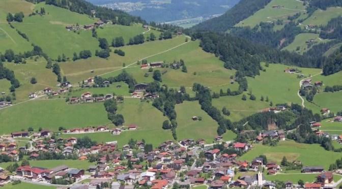 Ein Blick über die Wildschönau, einem Hochtal in den Kitzbüheler Alpen.