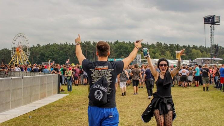 Feiernde Besucher des Hurricane Festivals.