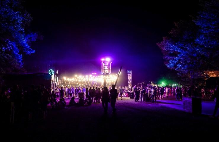 Nachts erstrahl das Festivalgelände des Best Kept Secret 2019, © Danilo Rößger, www.allerorts.de