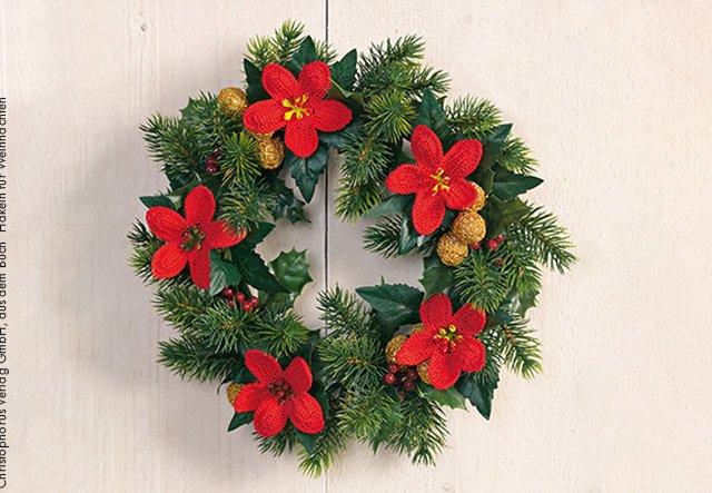 Adventsdeko selbstgemacht: Weihnachtskranz mit Blüten häkeln!