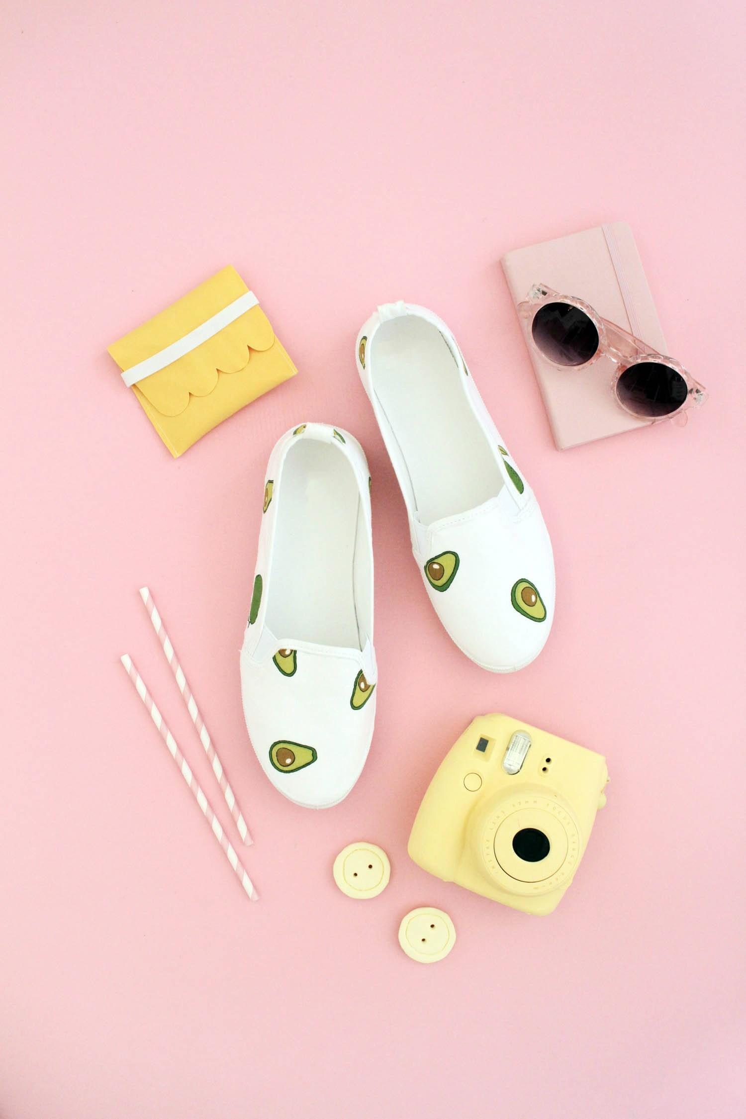 Makerist-Basteln-mit-Kindern-50-DIY-Projekte-Schuhe-mit-Stoff-bekleben