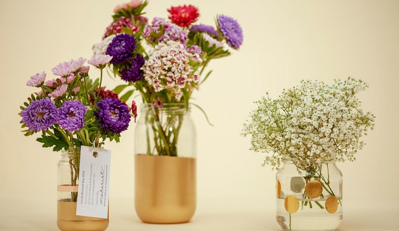 Glasflaschen-Upcycling: Blumenvasen verschönern zum Lonely Bouquet Day von Fleurop (mit Blumenstrauß-Gewinnspiel)