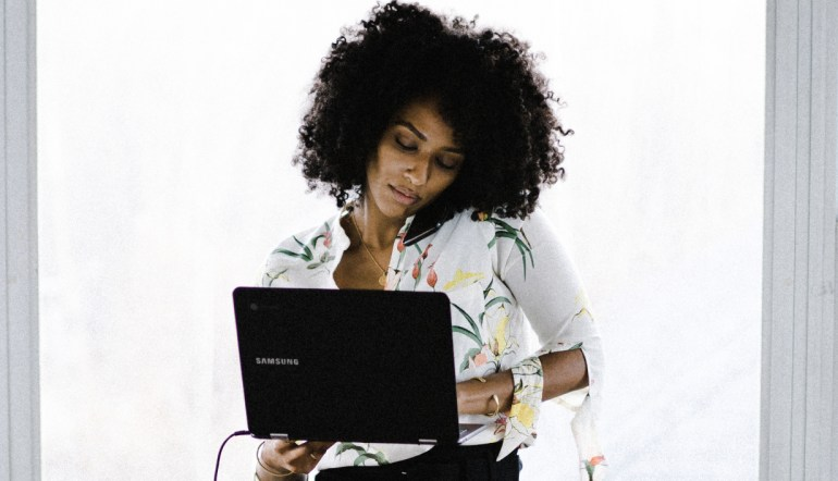 woman working on laptop.