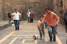 Giocando a pallone fuori della grande Moschea
