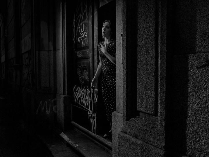 """SCENE#3593 L'artista e cantante lirica Laura Baldassarri canta """"Lascia ch'io pianga"""" di Rinaldo di Händel. Sin dal primo giorno del lockdown molti flash mob sono stati organizzati in tutta Italia. Finestre, balconi e altri spazi privati sono stati trasformati in palcoscenici sui quali sono andati in scena musica, canzoni o semplici applausi in onore di tutto lo staff medico. Milano, Italia, 2020 © Alex Majoli/Magnum Photos"""
