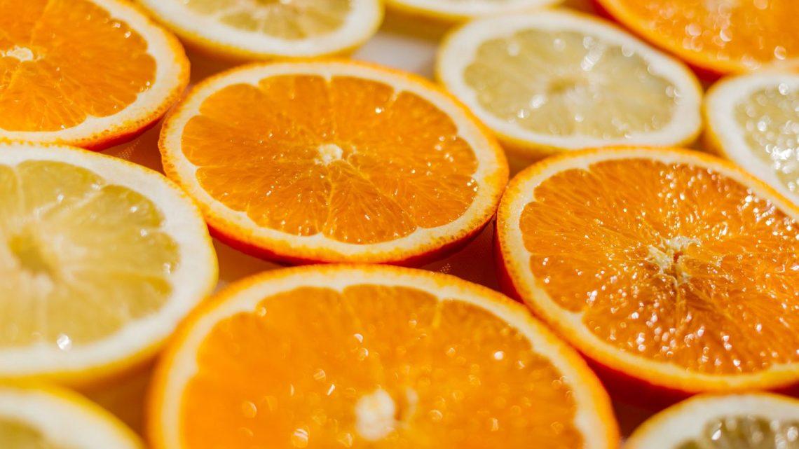 proprietà della vitamina c - fette di arancia