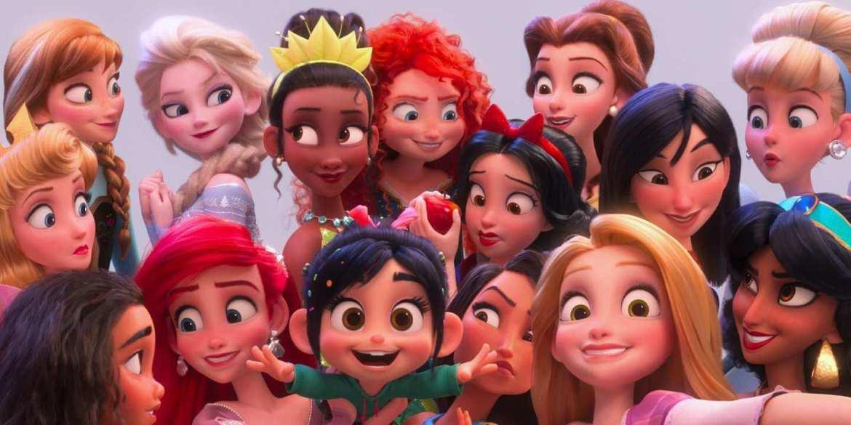 Ralph 2.0 Vanellope fait un selfie avec Raiponce, Tiana, Ariel, Mulan, Vaiana, Cendrillon, Belle, Mérida, Blanche-Neige, Pocahontas, Anna, Elsa et Jasmine
