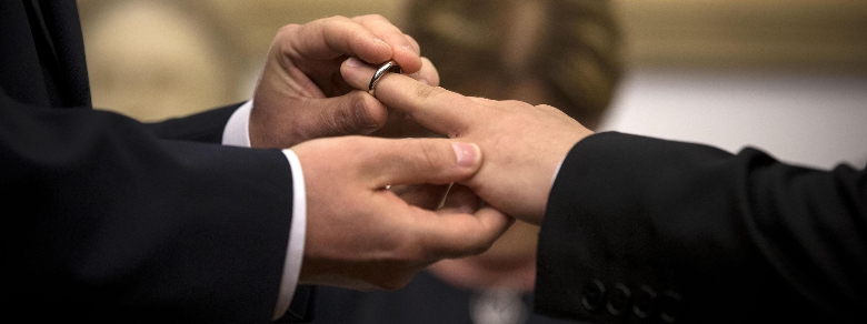 Capo scout sposa compagno: il parroco gli chiede di dimettersi