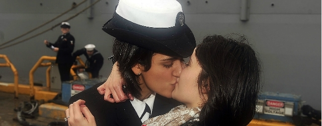 Dato il primo bacio gay nella marina militare degli USA