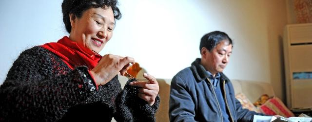 Donna realizza per il marito un maglione fatto con i suoi capelli