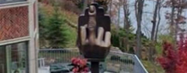 Installa un enorme dito medio di fronte casa dell'ex moglie
