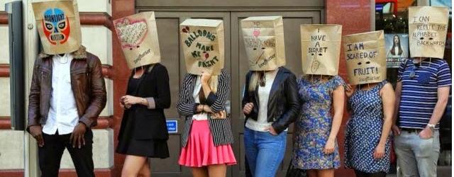 Nascosti da sacchetti di carta per lo speed dating