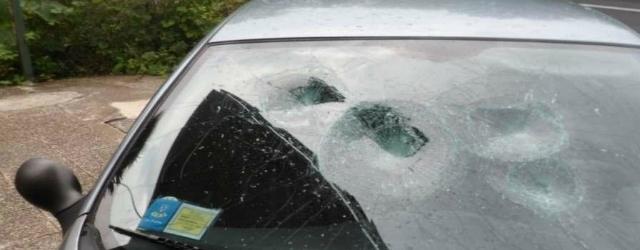 Scopre che il marito la tradisce e gli distrugge l'auto