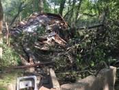0510M_FLOOD Cindy Ragland house debris