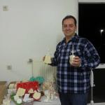 Hier präsentiert er selbstgemachte traditionelle syrische Seifen auf Olivenölbasis.
