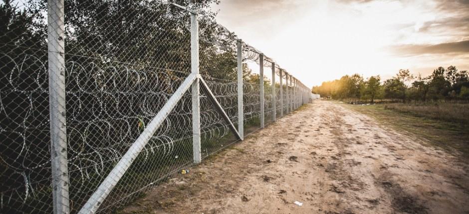 Grenzzaun in Ungarn. Foto von Bőr Benedek