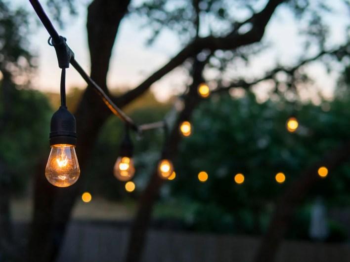 filare-di-lampadine-a-incandescenza-lampade-da-esterno
