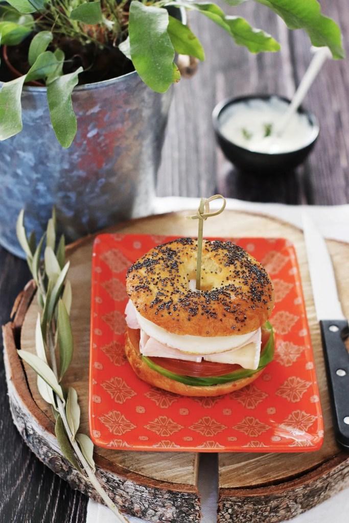Bagel sandwich con avocado e uova, la ricetta per prepararlo facilmente in casa