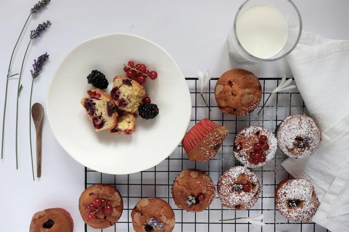 Muffin allo yogurt con frutti rossi e streusel al limone
