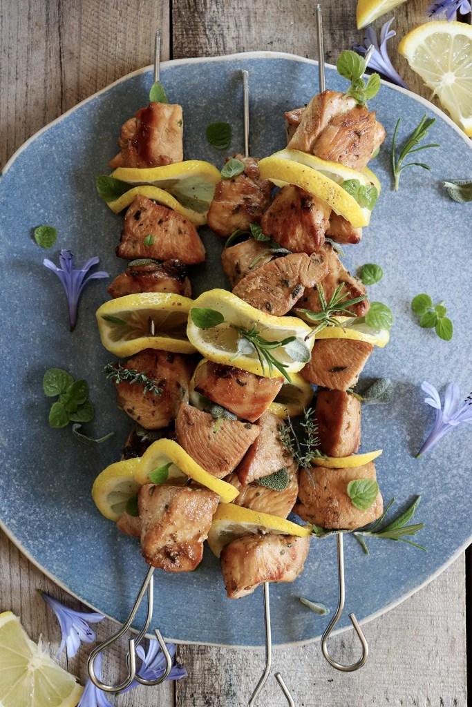 Spiedini di pollo speziati al limone e miele: la ricetta al barbecue