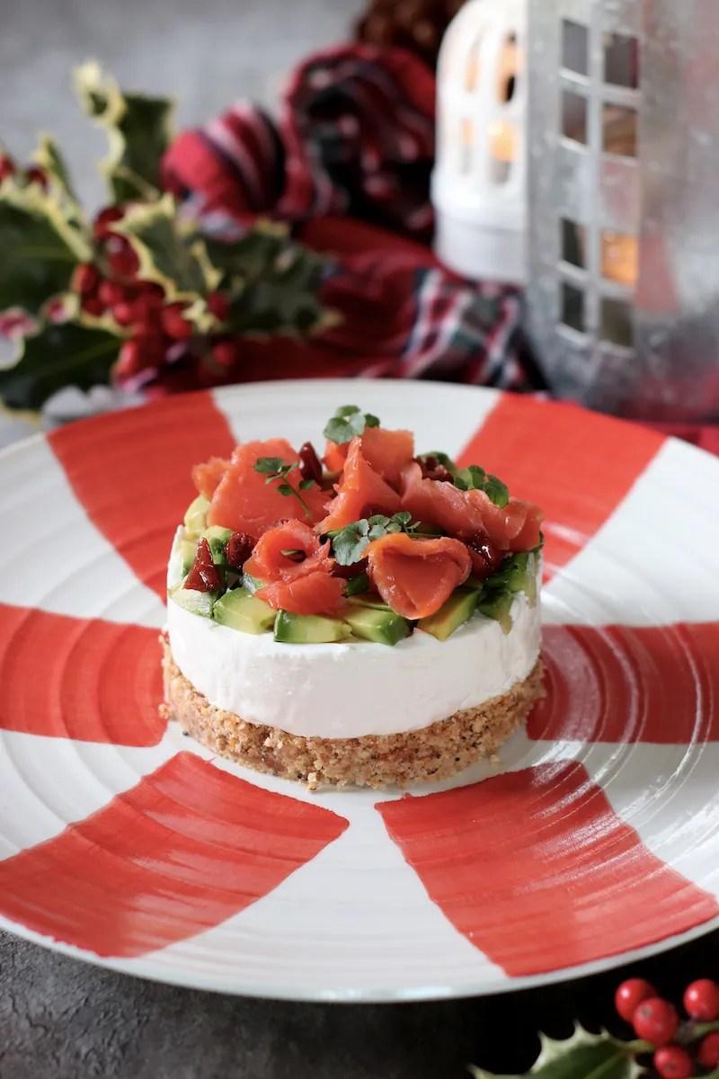 Cheesecake salata al salmone con avocado e pomodori secchi